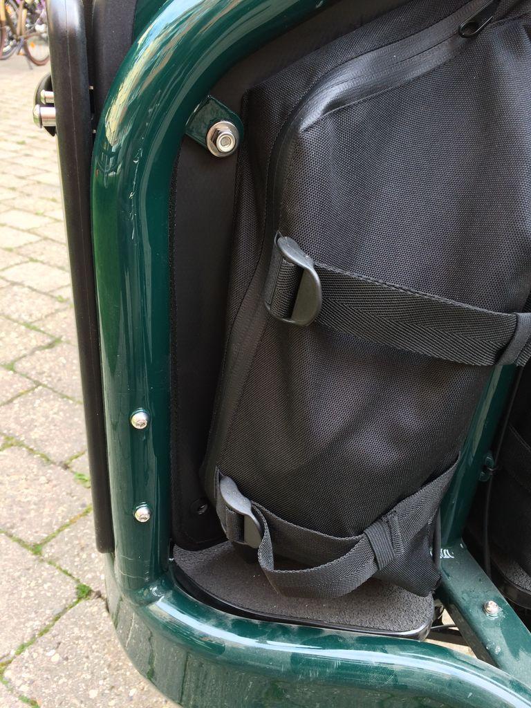 The missing bottom screws does not affect the usability of the panel bags.